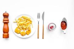 Fast food reastaurant Chiken bryłki i francuzów dłoniaki na talerzu na białego tła odgórnym widoku obrazy royalty free