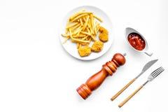 Fast food reastaurant Chiken bryłki i francuzów dłoniaki na talerzu na białej tło odgórnego widoku przestrzeni dla teksta zdjęcie stock