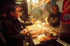 Fast food restauraci kram z mięs naczyniami i piec na grillu owoce morza Fotografia Royalty Free