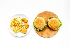 Fast Food restauracja Chiken bryłki, hamburgery i francuzów dłoniaki na białego tła odgórnym widoku, zdjęcie stock