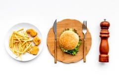 Fast Food restauracja Chiken bryłki, hamburgery i francuzów dłoniaki na białego tła odgórnym widoku, zdjęcia royalty free