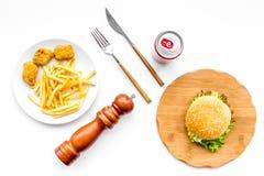 Fast Food restauracja Chiken bryłki, hamburgery i francuzów dłoniaki na białego tła odgórnym widoku, fotografia stock