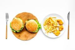 Fast Food restauracja Chiken bryłki, hamburgery i francuzów dłoniaki na białego tła odgórnym widoku, fotografia royalty free