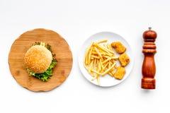 Fast Food restauracja Chiken bryłki, hamburgery i francuzów dłoniaki na białego tła odgórnym widoku, obrazy stock