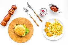 Fast Food restauracja Chiken bryłki, hamburgery i francuzów dłoniaki na białego tła odgórnym widoku, zdjęcia stock