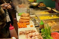 Fast-food restaurantbox met vleesschotels en geroosterde zeevruchten Stock Foto's