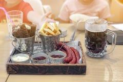 Fast food w cukiernianej restauracyjnej przekąski Francuskich dłoniakach, piwnych ciemnych różnych typ kumberlandy i mini kiełbas zdjęcie stock