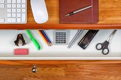 Fast körsbärsrött wood kontorsskrivbord för arbete Arkivfoton
