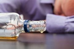 Fast leere Flasche Alkohol Stockfoto