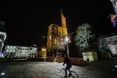 Fast leerer französischer Platz nahe Kathedrale nach Paris-Angriffen Stockfotografie