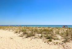 Fast leerer Strand auf der unihabited Insel Lizenzfreie Stockfotos