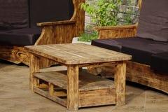 Fast naturlig Wood utomhus- handgjord tabell och Couc royaltyfria bilder