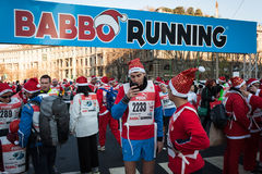 Fast 10,000 Sankt nehmen am Babbo teil, das in Mailand, Italien läuft Stockfotografie