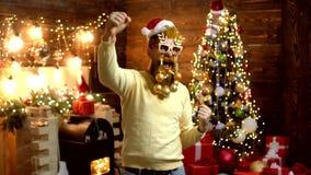 Fast Santa Claus man med sk?gget och mustaschen HipsterSanta Claus Christmas f?rberedelse Tre n?tt sexiga flickor som slitage San stock video