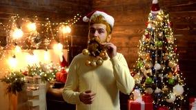 Fast Santa Claus man med sk?gget och mustaschen Skägg med julgarnering Nära övre stående av den skäggiga mannen in lager videofilmer