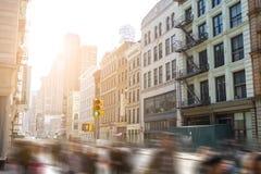 Fast stegade rörelsesuddighet av folk som går ner Broadway New York City royaltyfria bilder