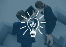 Fast utgift av den affärsmannen och kvinnan med bärbara datorn bak den vita lightbulbgrafen och mörker - blå samkopiering arkivfoto