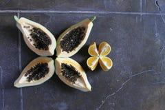 Fast utgift av den inkvarterade papayaen och apelsinen Royaltyfri Fotografi