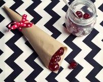 Fast utgift av glace körsbär i en kotte och tappning skorrar Royaltyfri Fotografi