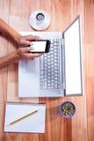 Fast utgift av kvinnliga händer genom att använda smartphonen Arkivfoton