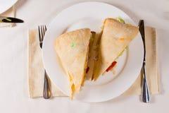 Fast utgift av smörgåsen på den fyrkantiga Ciabatta bullen Arkivfoton