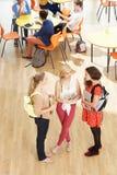 Fast utgift som skjutas av kvinnliga studenter som står i kafeteria Arkivbilder