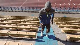Fasta den rinnande idrottsman nenen En svart man utbildar på momenten i stadion stock video
