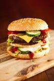 Fasta food francuza i hamburgeru dłoniaki na drewnianym tle obraz stock