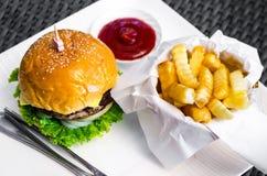 Fasta food hamburger, francuzów dłoniaki i ketchup, zdjęcie royalty free