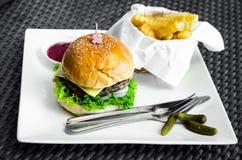 Fasta food hamburger, francuzów dłoniaki i ketchup, zdjęcia royalty free