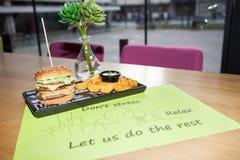 Fasta food naczynie Apetyczni mięśni hamburgery, frytki i vegeta, zdjęcie stock