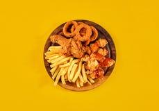 Fasta food naczynie na żółtym tle Fasta food francuza i pieczonego kurczaka ustaleni dłoniaki Bierze oddalonego fast food Obrazy Stock