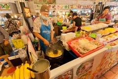 Fasta food sprzedawcy kucharstwo przy noc rynku różnymi posiłkami z owoce morza i świeżymi warzywami Zdjęcie Stock