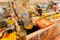 Fasta food sprzedawcy kucharstwo przy noc rynku różnymi posiłkami z owoce morza i świeżymi warzywami Fotografia Stock