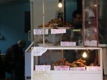 Fasta food stojak dla smażącej ryba na brudnym owoce morza rynku outside w Sofia, Bułgaria †'Dec 5, 2008 fotografia royalty free