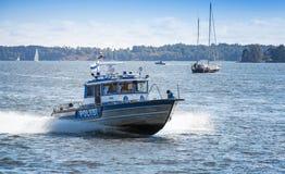 Fastar det motoriska fartyget för vattenpolisen med poliser Helsingfors Finland Royaltyfri Foto
