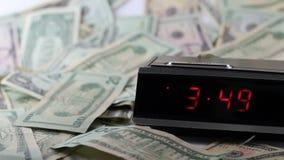 Fastar klockan med stilla pengar lager videofilmer