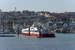 Fastcat pasażerski prom berthed, Rzeczny Medina, wyspa Wight, UK obraz royalty free
