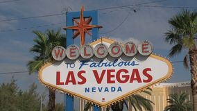 Fasten Neigung zum Las Vegas-Zeichen stock video footage