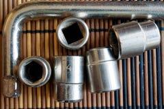 Fastenerson гаечного ключа с Torx гнездом на деревянной предпосылке, части ключа Стоковые Фотографии RF