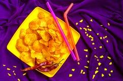 Fastfood av chiper för helgen och en feriefilm Arkivfoton