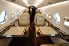 Fastfood- Flugzeugkabine mit geöffneten Tabellen Stockfotos