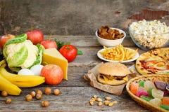 Fastfood och sund mat Begrepp som väljer korrekt näring eller av att äta för skräp royaltyfria bilder