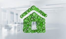 Fastighet- eller konstruktionsidé som framläggas av den hem- symbolen på vit kontorsbakgrund Arkivbilder