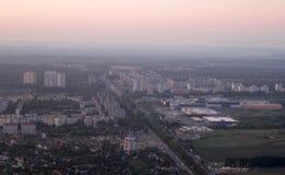 Fastighet från en fågelperspektiv Privat stugautveckling av mång--våning byggnader, Kiev, Ukraina, 09 08 2017 Arkivbild