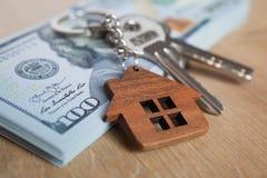Fastighet som investerar begrepp Amerikanskt dollar, kassa eller hus Stämmer närbild royaltyfri fotografi