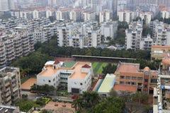 Fastighet som omges av grundskola för barn mellan 5 och 11 år och dagis Royaltyfri Fotografi