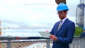 Fastighetbärare nytt kontor f?r konstruktion Säker affärsmän eller arkitekt framme av modern kontorsbyggnad stock video