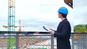 Fastighetbärare nytt kontor f?r konstruktion Säker affärsmän eller arkitekt framme av modern kontorsbyggnad lager videofilmer