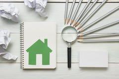 Fastighetbegrepp - förstoringsglas, blyertspennor och tomt affärskort på trätabellen Kopiera utrymme för text royaltyfri bild